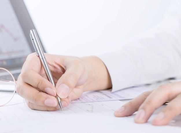사업가 사무실 테이블에 금융 문서에 서명