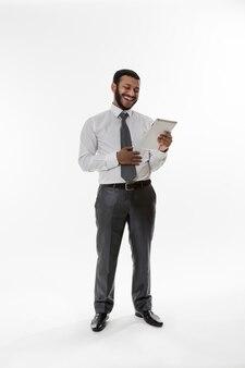 태블릿 젊은 사업가를 찾고 비즈니스 남자