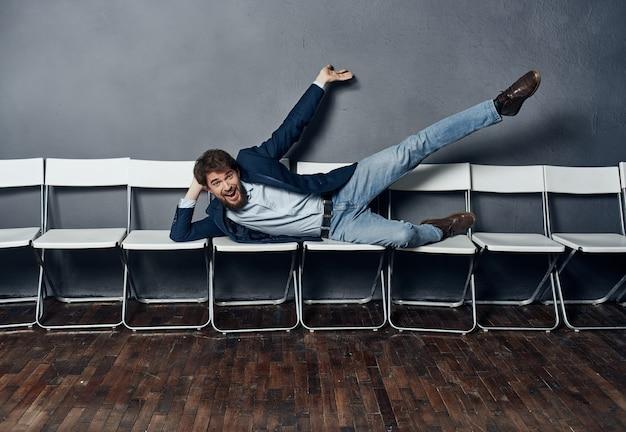 Деловой человек, лежащий на стульях, эмоции, менеджер по работе, профессиональный