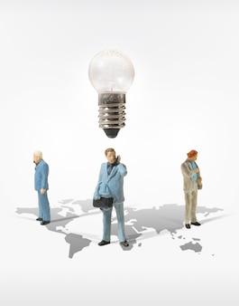 ビジネスマンのミニチュアフィギュアのコンセプトは、成功するビジネスファイナンスとマーケティングに移行