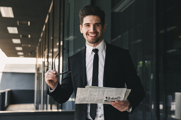 新聞の読書を保持しているビジネスセンターの近くのビジネスマン。