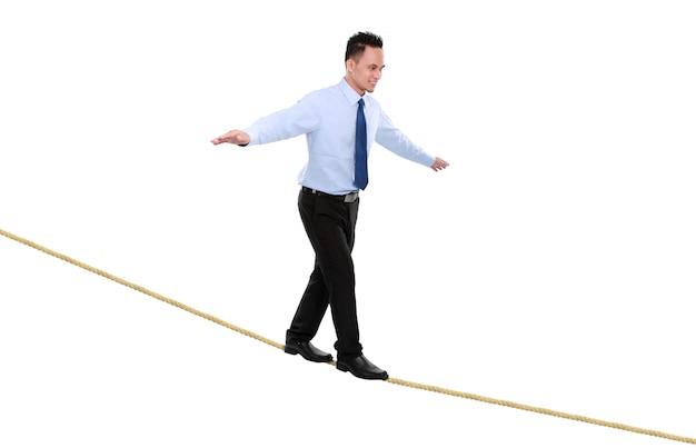 ロープの分散のビジネスの男性