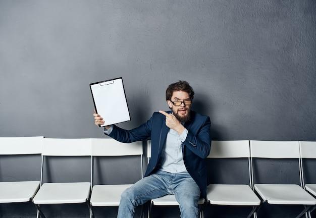 Деловой человек на ожидании резюме рекомендации работы
