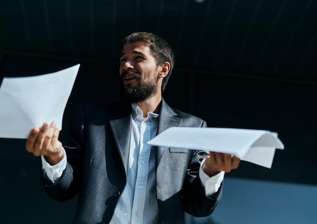 公式のライフスタイルを構築する近くの手にドキュメントを屋外でビジネスの男性