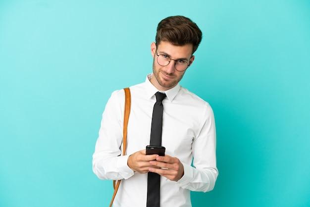 Деловой человек на изолированном фоне, отправив сообщение с мобильного телефона