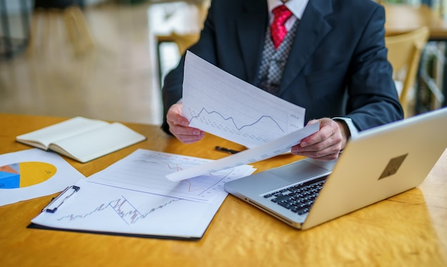 取引をする契約書を読むビジネスマン、古典的なビジネス