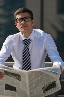 新聞を読んでいるビジネスマン