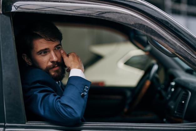 비즈니스 남자는 자동차 택시 승차 서비스 교통을 타고
