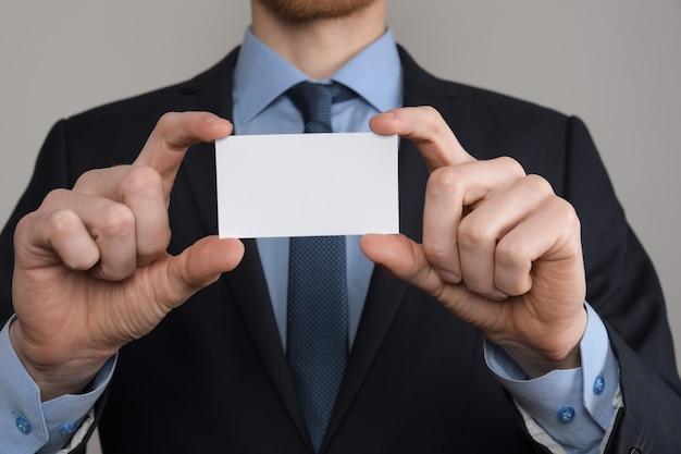 名刺を示すビジネスマンの手持ち