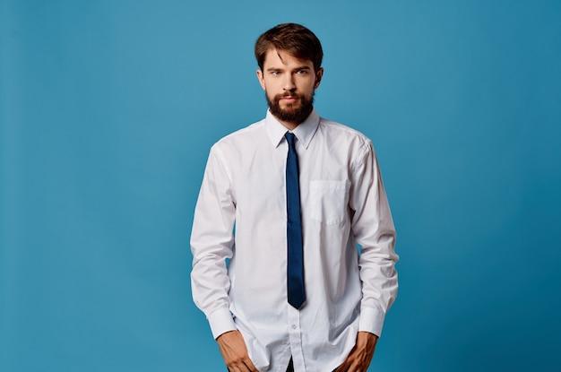 ネクタイオフィスマネージャー青い背景を持つビジネスマンシャツ