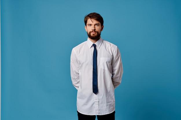 ネクタイオフィスマネージャーの青い背景のビジネスマンシャツ