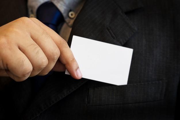 Деловой человек, показывая визитную карточку. черный костюм и галстук.