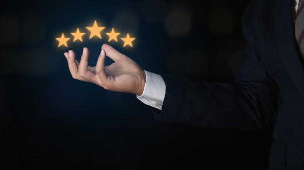Деловой человек, показывающий пятизвездочный рейтинг. рейтинг обслуживания, концепция удовлетворенности. отзывы об оценке клиентов отличное обслуживание и лучший опыт работы с клиентами.
