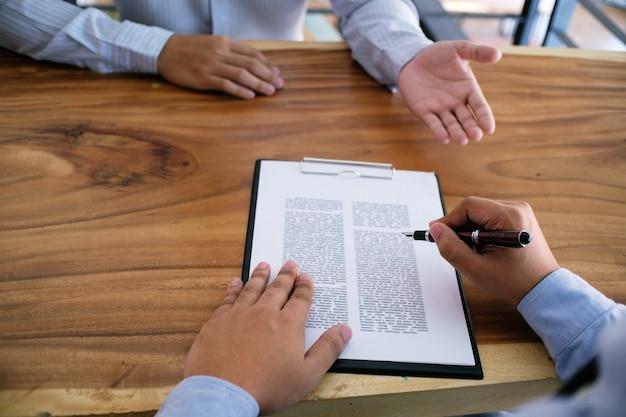 Деловой человек подписал контракт, заключая сделку с концепцией соглашения о партнерстве.