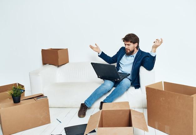 物を運ぶソファのオフィスマネージャーに座っているビジネスマン