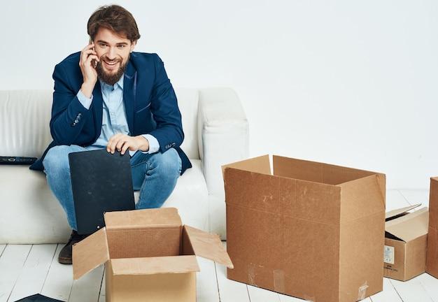 Деловой человек сидит на диване и разговаривает по официальной телефонной будке