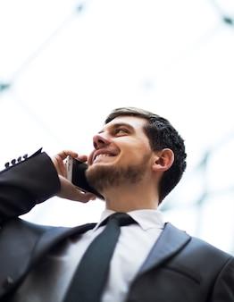 휴대 전화에 대 한 얘기하는 비지니스 맨
