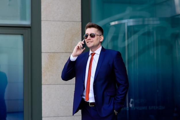 携帯電話で話しているビジネスマン。ビジネスミーティングの議論。