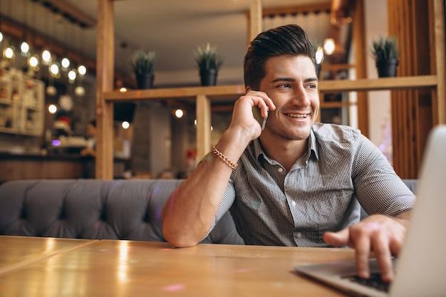 カフェで電話で話すビジネスマン
