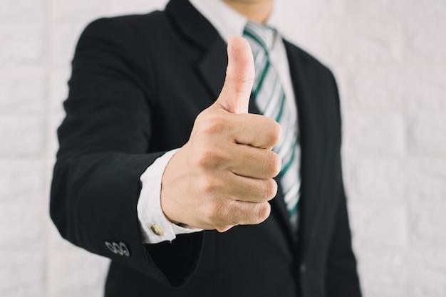 ビジネスマンのような親指を立てる優れている