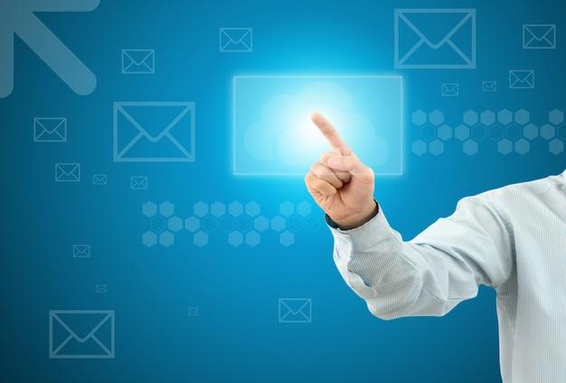 ビジネスマンは架空の画面でボタンメールをタッチします