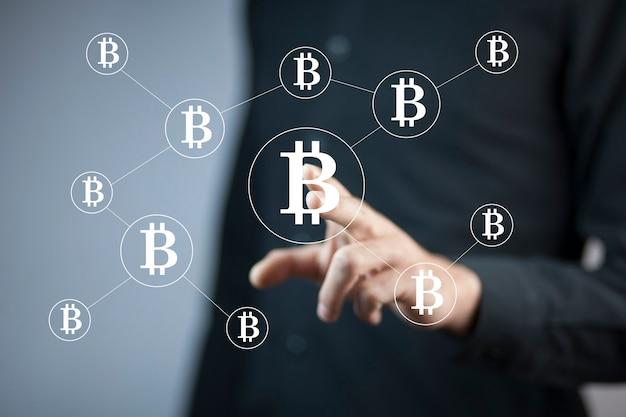 화면에 bitcoin 기호를 만지고 사업가