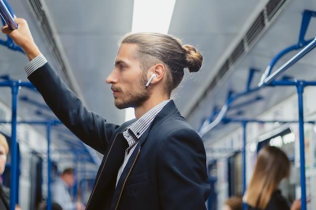 地下鉄で旅行するビジネスマン