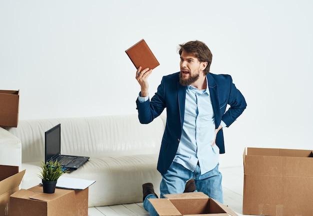 Деловой человек, распаковывающий картонные коробки