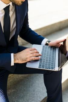 彼のラップトップを使用してビジネスマン