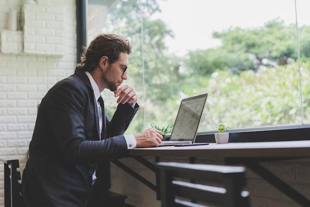 카페에서 노트북을 사용하는 사업가