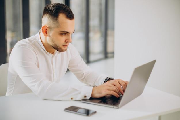 オフィスでノートパソコンを使うビジネスマン