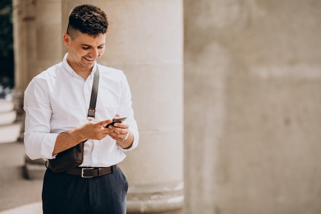 Деловой человек по телефону в университете