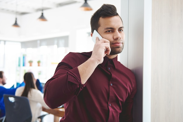 Деловой человек с помощью смартфона на работе