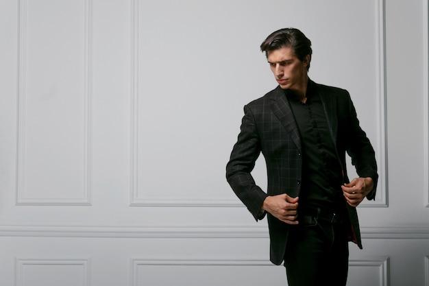 Деловой человек носить портрет черный костюм на темном фоне. портрет крупного плана красивого мужчины. горизонтальный вид.