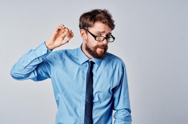 眼鏡をかけているビジネスマン暗号通貨ビットコインファイナンスオフィスマネージャー