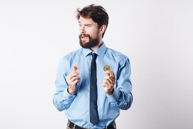 Деловой человек в очках криптовалюта биткойн финансовая интернет-экономика. фото высокого качества