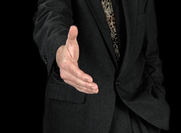 ビジネスの男性と取り引きを密封する準備ができて開いた手