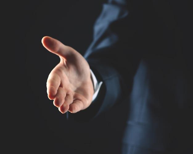 Деловой человек с распростертыми руками готов заключить сделку