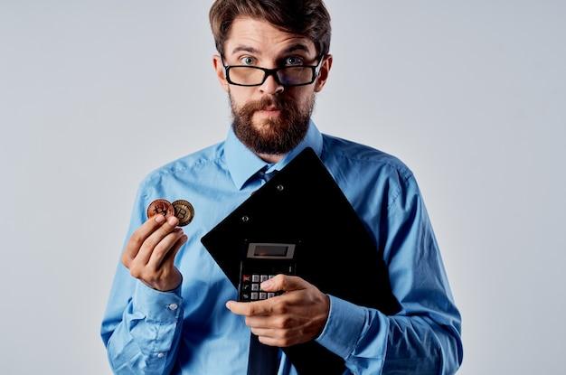 Деловой человек с криптовалютой, биткойн, электронные деньги, виртуальный кошелек, интернет-технология