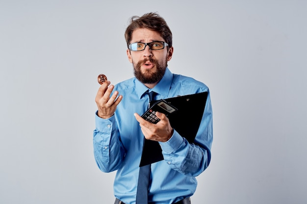Деловой человек с документами, криптовалюта, биткойн, финансы, инвестиции