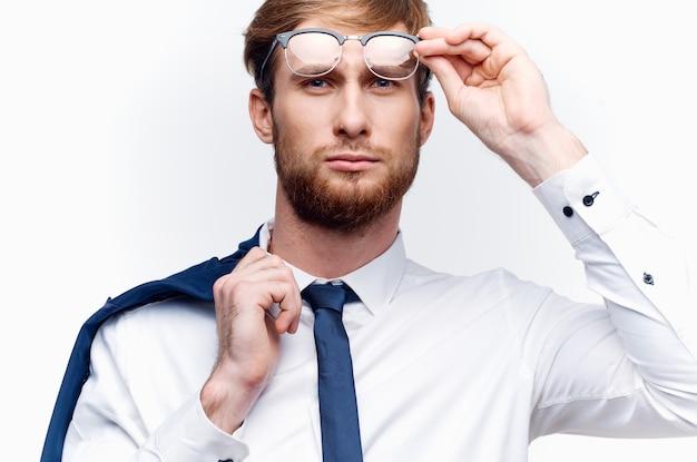 メガネのクローズ アップを持つビジネスマン