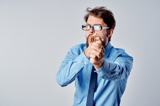 Bitcoin 암호 화폐 금융 경제 관리자와 안경을 쓴 사업가
