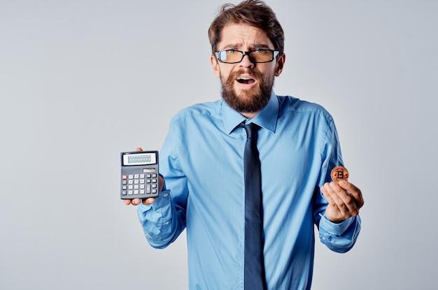 Деловой человек в очках с менеджером по экономике финансов криптовалюты bitcoin
