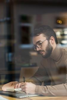 Uomo d'affari con gli occhiali di lavoro