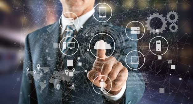 リンクに接続されているアイコンインターネットシンボルを持つビジネスマン