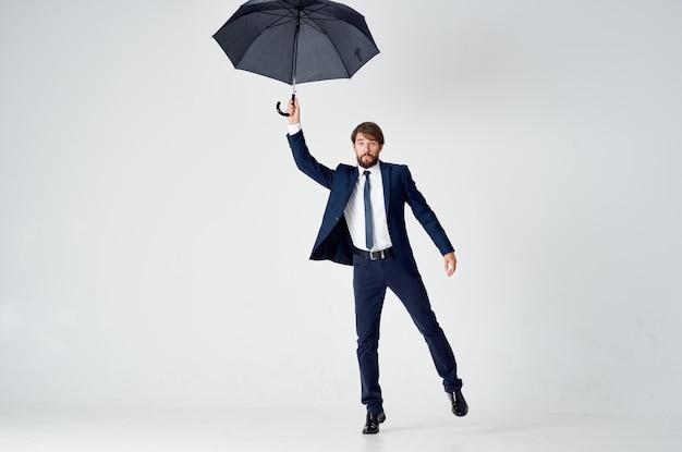 Деловой человек с зонтиком в руках, защищая от дождя, непогоды.