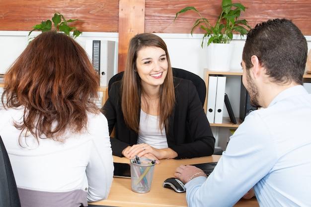 オフィスの会議室で一緒に働くビジネス男性女性プロジェクトチーム