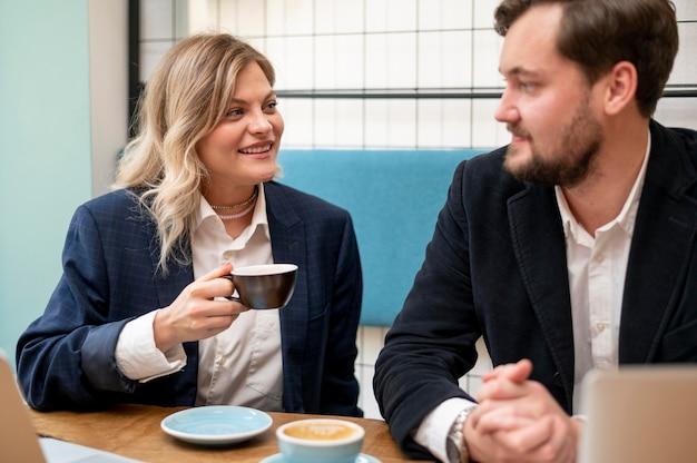 Uomo e donna di affari che parlano di un nuovo progetto