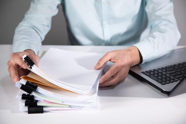 Деловой человек рабочий компьютер и стопка документов