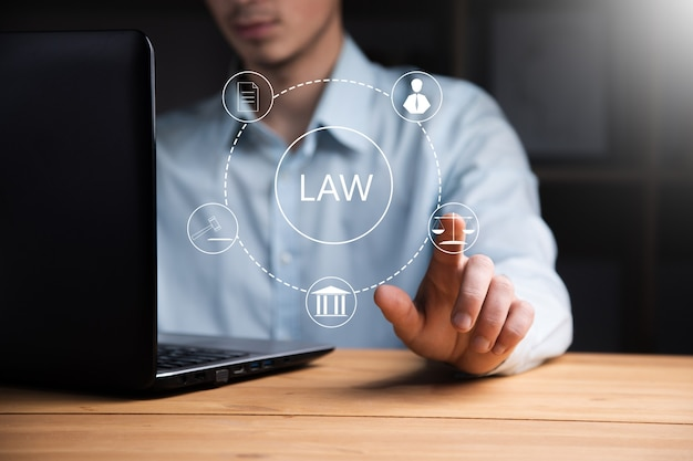 법률 아이콘으로 비즈니스 남자 작업 컴퓨터
